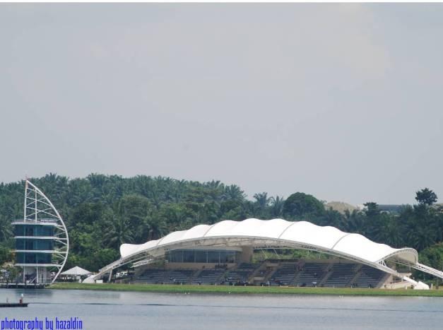 Putrajaya Lake disini sering di jalankan acara acara sukan air di peringkat antarabangasa [Water Sports Complex, Precint 6, Putrajaya, Malaysia ]