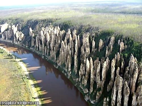 Lena Pillars, Russia. Batu batu dipinggir Sungai Lena ini kelihatan seperti membentuk tiang tiang yang memagari sungai.